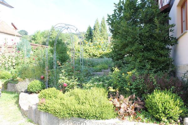 Natursteinmauer mit großen Gartenbereich
