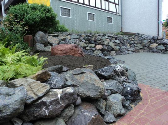 Mauer mit großen Natursteinen