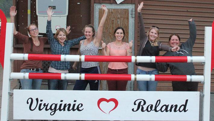 Team-Mitglieder bei der Bastelarbeit für das Hochzeitsgeschenk an Roland & Virginie