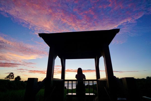 伊江島に沈む夕日:日没前後の壮大なショーをお見逃しなく