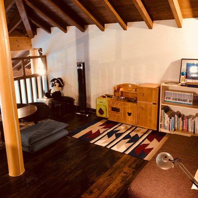 秘密基地ロフト:おもちゃ、DVD、本など取り揃えております。客室でお楽しみいただくこともできます。
