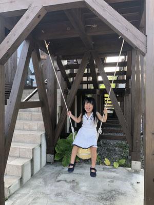 展望塔の下の浮き玉ブランコは大人の方も安定の乗り心地