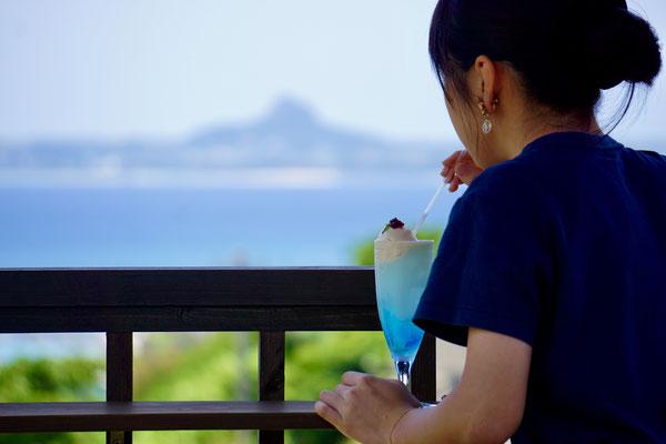 伊江島と海を望む展望塔: 記念撮影やおやつタイムなど、ご自由にお楽しみください。