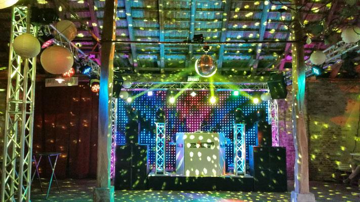 Impression Bühnenaufbau und Lichttechnik events erfrischend anders