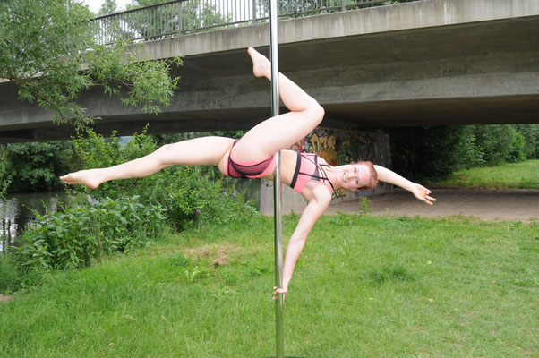 "Pole Dance Trick ""flatline"""
