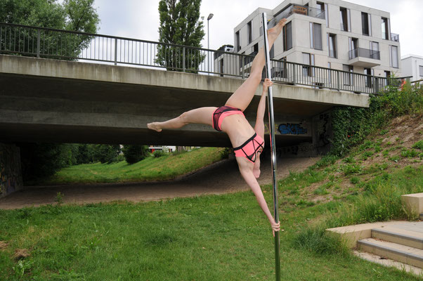 "Pole Dance Trick ""extended butterfly"""