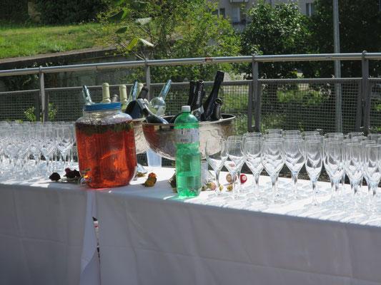 Die Rosenwasserbowle ist parat