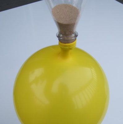 Hirse in einen Ballon füllen um einen Jonglierball zu basteln