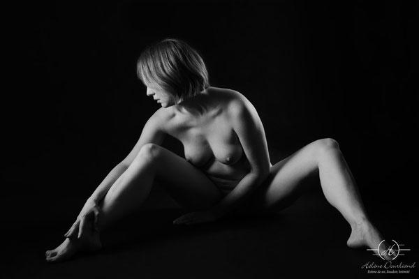 photo de femme nu artistique en noir et blanc