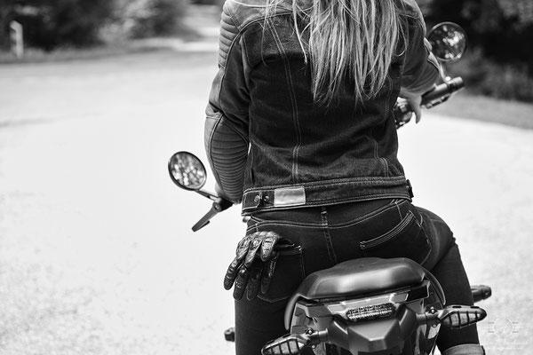 photo femme avec moto
