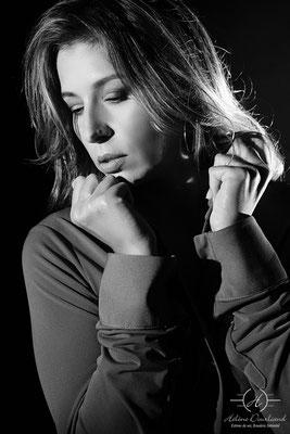 portrait photo femme en noir et blanc en studio