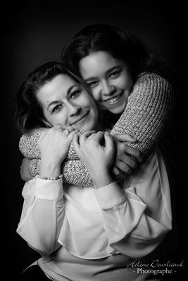 Portrait en studio mère et fille en noir et blanc pour la fête des Mères