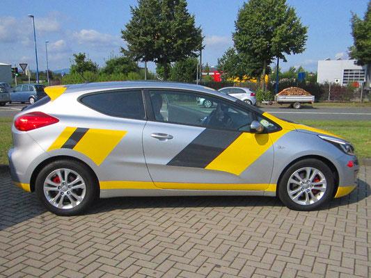 sportlich in gelb und schwarz mit geplotteter Folie
