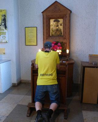 Dortmund Fan betet für seine Borussia  Tour Fussball Fieber Dortmund