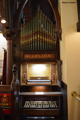 Une console latérale, et non en face de l'orgue.