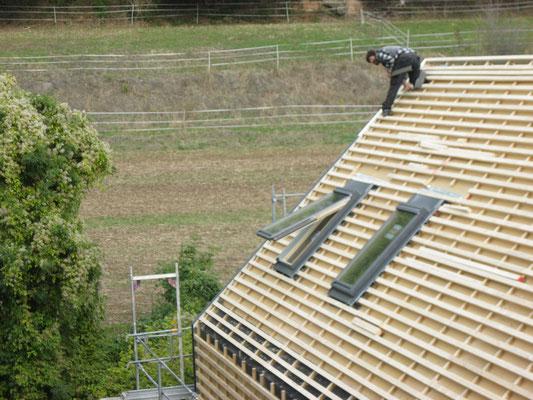 es geht voran, der erste Dachdecker ist da