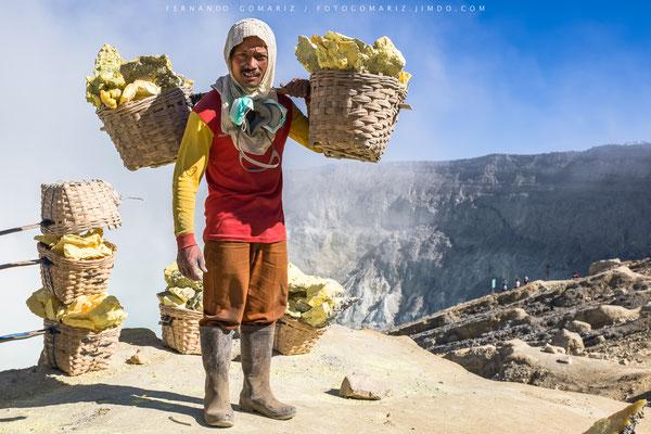Minero del azufre / Sulfur miner. Kawa Ijen volcano. Java . Indonesia 2018