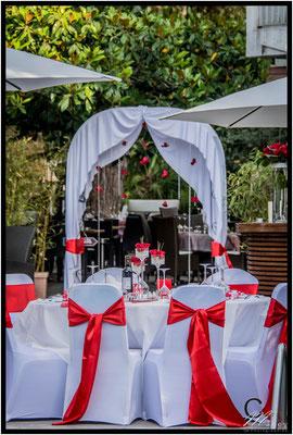 table des mariés arche pampilles roses rouges décoration rouge et blanche