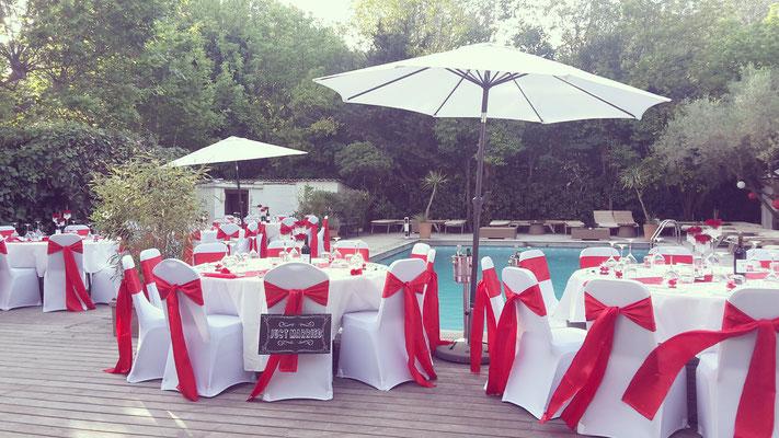 décoration mariage romantique banc et rouge