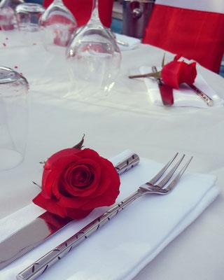mariage blanc et roses rouges