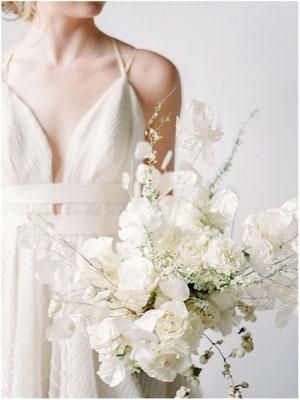 Bouquet de mariée minimaliste monochrome blanc