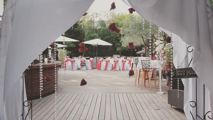 arche rideau de roses rouges et pampilles