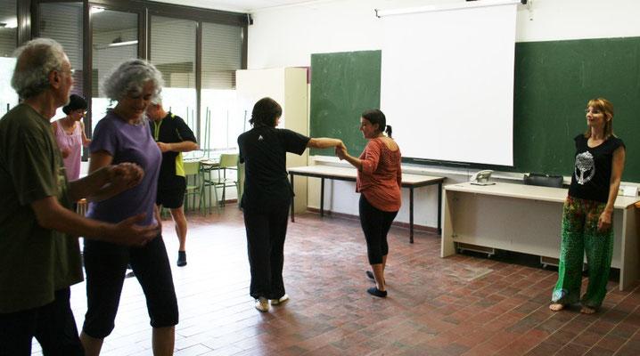 Taller de Biodansa per a docents, a l'Escola d'Educació d'Osona al juliol de 2014, organitzada per ARAE a Vic.