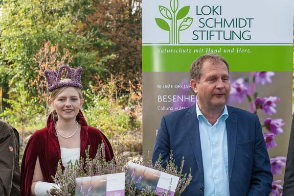 Foto: Hans Weber - Heidekönigin Sarah Winkelmann und Umweltsenator Jens Kerstan