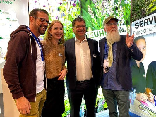 Foto: Petra Schweim - (li nach re) Karl Plohberger, Nicole Klattenhoff (Der Stauden Ring), Jens Schachtschneider (Stauden)