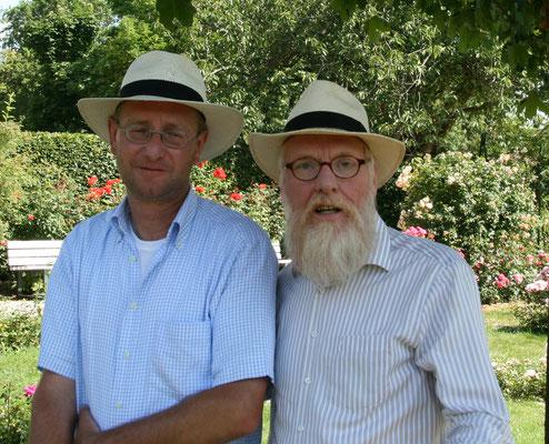 Foto: Petra Schweim - Rosenzüchter Armin Esser im Plausch mit John.