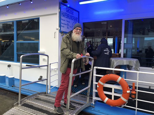 Weihnachtsbotschafter John Langley geht am Bord zur großen Rundfahrt durch den Hamburger Hafen.