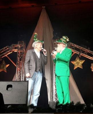 Foto: Petra Schweim. Carlo von Tiedemann & John auf der Bühne der STARPRYRAMIDE