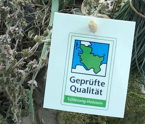 Schleswig-Holstein setzt ein Zeichen – das grün-weiß-blaue Gütezeichen der Landwirtschaftskammer Schleswig-Holstein. Vergeben wird es nur an schleswig-holsteinische Produkte, die höchste Anforderungen an Qualität erfüllen.