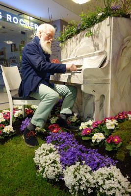 Foto: Petra Schweim - Gartenbotschafter John Langley im Einkaufszentrum in Norderstedt, Schleswig-Holstein