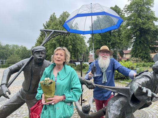 Foto: Petra Schweim - BU: Anke Fehling, hat ihren Schirm vorgestellt. Er ist in dieser Kombination eine Erfindung von ihr. Zwischen die Balkonkästen gestellt sorgt er für entsprechenden Regenschutz für manche empfindlichen sommerlichen Blüten. Mitten in d