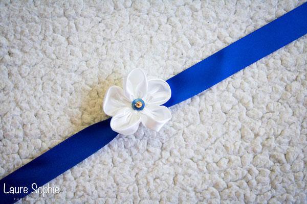 Collection de mariage Justine : accessoires de la mariée, bracelet. Fleurs en tissus bleu nuit, ivoire et doré