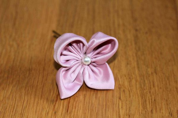 Epingle à chignon en satin rose poudré, effet papillon par la mariée en fleur