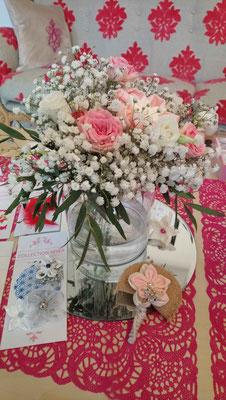Centre de table réception mariage original alliant fleurs fraîches, origami et fleurs kanzashi en tissus, collaboration La mariée en fleur et Mon rêve fait main