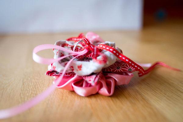 Mariage thème japon avec origami et fleurs en tissus, rouge, blanc et rose. Coussin alliances original et éternel par La mariée en fleur