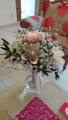 Bouquet de mariée original alliant fleurs fraîches, origami et fleurs kanzashi en tissus, collaboration La mariée en fleur et Mon rêve fait main