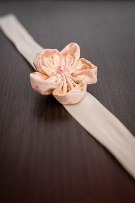 Bracelet demoiselle d'honneur fleur en tissu rose poudré La mariée en fleur