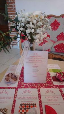 Bout de banc cérémonie mariage alliant fleurs fraîches, origami et fleurs kanzashi en tissus, collaboration La mariée en fleur et Mon rêve fait main