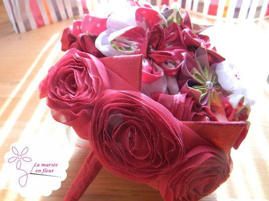 Collection Delphine. Bouquet de mariée original framboise. Fleurs en tissus et papiers.