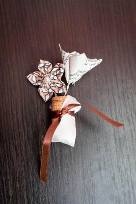 Boutonnière marié fleurs en tissu marron et origami. Thème rustique champêtre avec liège par La mariée en fleur