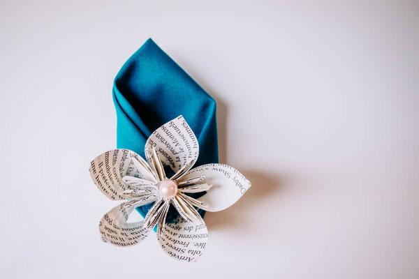 Boutonnière cortège mariage origami, fleurs en tissus bleu canard et pêche par La mariée en fleur