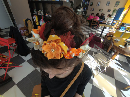 Couronne de fleur en tissu jaune et orange réalisée par Hélène lors de l'atelier DIY organisé par La mariée en fleur au Magnolia Café créatif à Toulouse