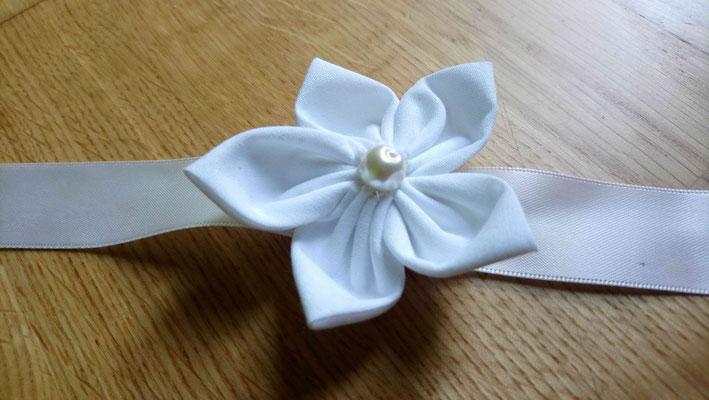 Bracelet témoin pour votre cortège par La mariée en fleur en tissu pour un mariage naturel en tons neutres avec du coton blanc, de la toile de jute et du papier kraft