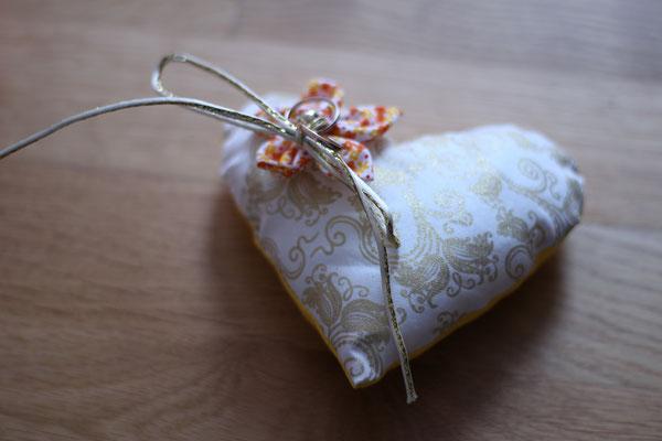 Coussin alliances baroque doré forme cœur avec fleur en tissu jaune orange par La mariée en fleur