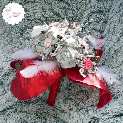 Collection Annabelle. Bouquet original rond pour mariée ou demoiselle d'honneur en fleurs originales en tissu et plumes. Tons roses et gris