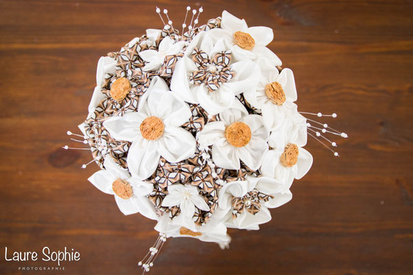 Bouquet de mariée original en fleurs en tissus ivoire et marron. Thème rustique champêtre avec liège par La mariée en fleur